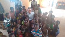 Pe. Juarez e algumas crianças de uma das comunidades eclesiais da paróquia